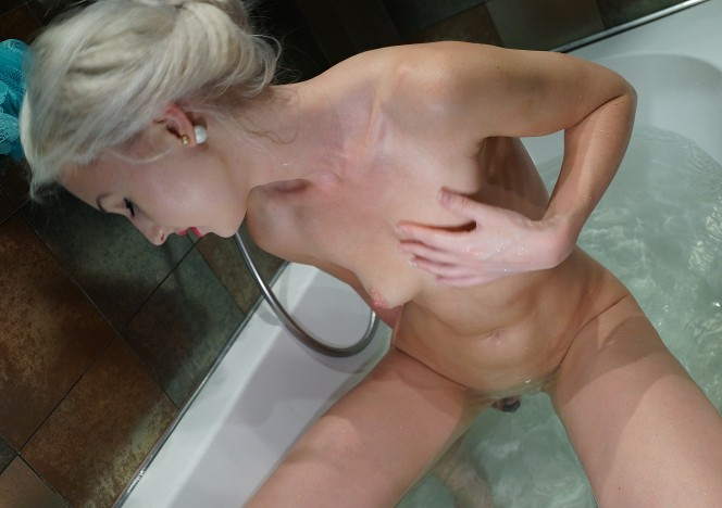 content/101116_samanta_rabbit_vibe_in_bathtub_with_awesome_closeups_and_finger_in_her_butt/0.jpg