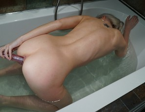 content/101116_samanta_rabbit_vibe_in_bathtub_with_awesome_closeups_and_finger_in_her_butt/4.jpg