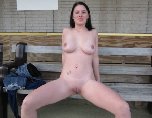 content/122213_maye_first_shoot_ever_naked_in_public_around_cedar_rapids_iowa/1.jpg