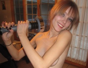 content/drive2/020411_sylvia_naked_workout_shakeweight/4.jpg