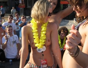 content/drive2/091112_topless_spring_break_girls_dancing_at_day_party_incl_hot_heather_neverbeforeseen/2.jpg